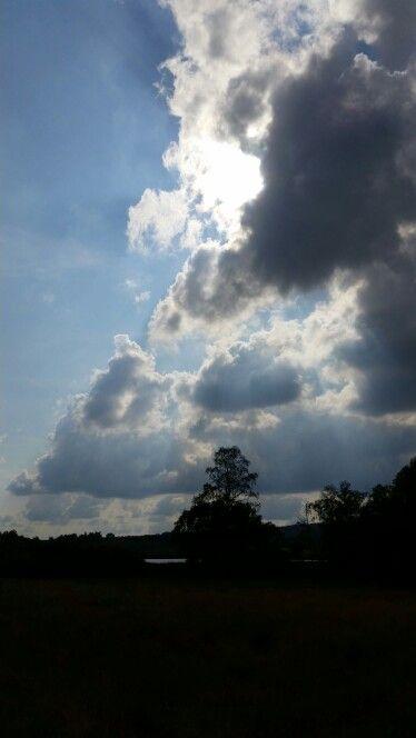 Slunce peroucí se s mraky.