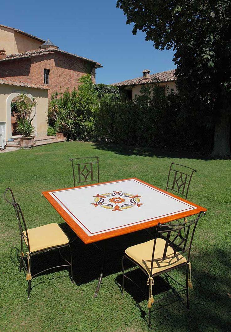 """Tavolo Sirio con piano smaltato """"Robbiano"""" (art.266 SR) cm 140x140  •  Sedia Sirio (art.246), Cuscino seduta in tessuto acrilico (art.246a)"""