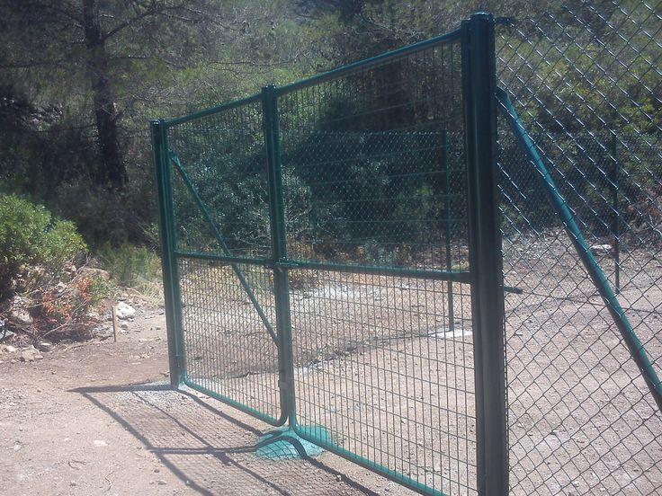 #puerta #metálica #batiente fabricada con #malla de #varilla #electrosoldada con #cercado #metálico de #malla #simpletorsion- http://www.vinuesavallasycercados.com/