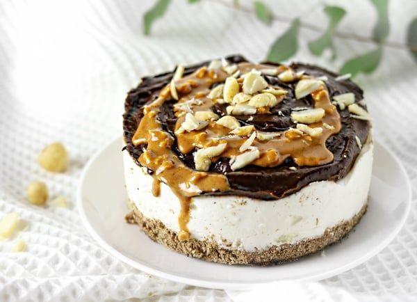 Een pindakaastaartje met een krokante bodem, een fluweelzachte vulling en een waanzinnige topping waarin de smaak van koekjesdeeg en pindakaas samenkomen. Deze no-bake peanutbutter & cookie dough pie is toch wel een kroonjuweel in het taartenbestand. Een verwentaartje waar je de show mee zal stelen!