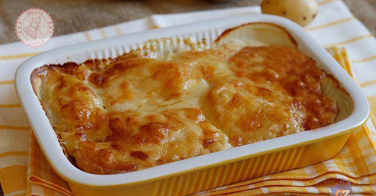 Le patate alla savoiarda sono un contorno sfiziosissimo ma anche un secondo piatto veloce e gustoso che piace a tutta la famiglia.