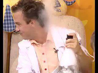 """Друзья, именно в октябре 2009 года, уже 7 лет назад профессор Николя дебютировал в качестве профессора на телевидении. Помните этот выпуск, про """"поднимает настроение, улучшает аппетит""""? Кто не видел, обязательно посмотрите! 😎 В то время получился классный вирусняк. 😊 Как вам мои крутые брюки синего цвета? 👖  #шоупрофессораниколя #наукаэтоздорово #профессорниколя #шоуниколя #наука #шоу #химическоешоу #научноешоу #шоудлядетей #познавательно #опытысдетьми #эксперименты #химичим #развивайки…"""