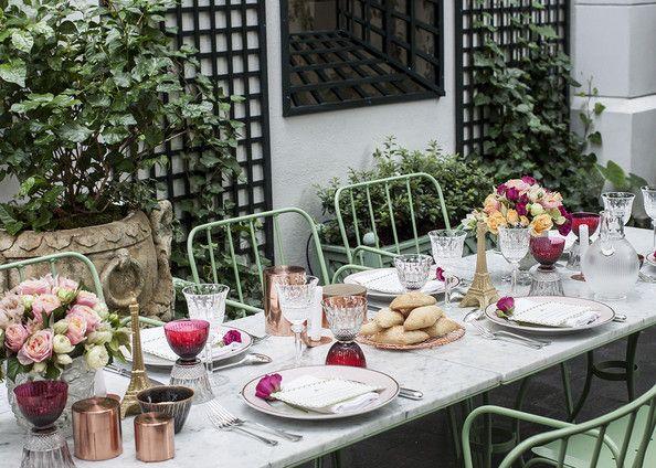 Elisabeth Holder Raberin hosts a L'été Indien (Indian Summer) dinner party at Laduree's gorgeous Soho garden. | Lonny.com