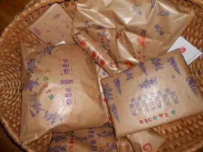 EEXTERHOUT: Sinterklaaskadootjes, zelfgemaakte stempels op bruin papier.