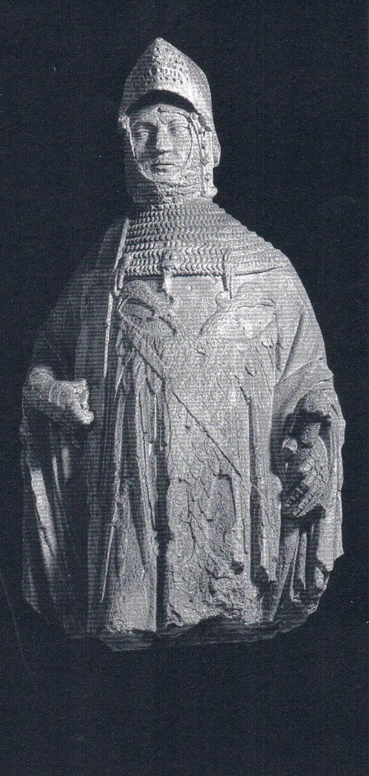 Statue en pierre de Du Guesclin, entre la fin du quatorzième siècle et le début du quinzième (1393-1407), découverte dans les déblais du château de Pierrefonds.  Statue présentée dans le catalogue d'exposition Paris 1400, les arts à la cour de Charles VI.