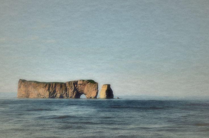 Le rocher Percé ou le cheval qui boit dans l'eau.  Percé, Gaspésie, Québec