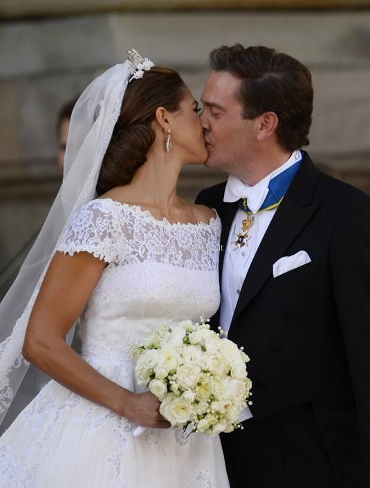 A year ago, Princess Madeleine of Sweden and Chris O'Neill were joined in marriage. The beautiful bride was wrapped in an elegant Valentino gown.  #comoinstyle