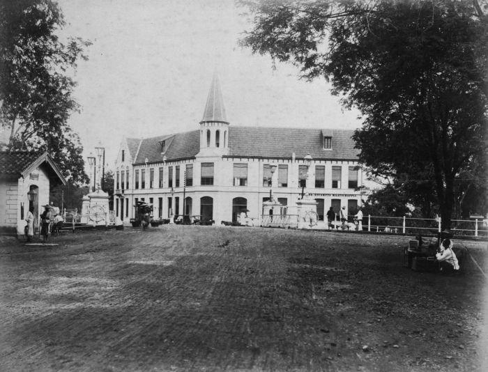 *| Dutch colonial architecture around the world. - The old office of the Koninklijke Paketvaart Maatschappij (KPM) at the Sluisbrug, 1870.