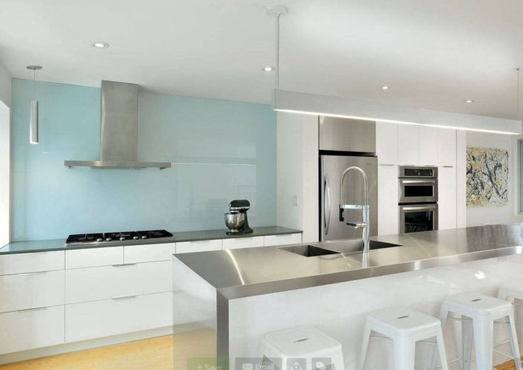 cuisines modernes blanches et crédence en bleu
