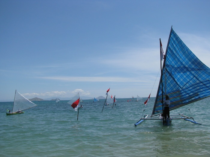 Traditional sail: One of ketinting boat race participant using a ketinting with sarong pattern sail. (Photo by Markus Makur)