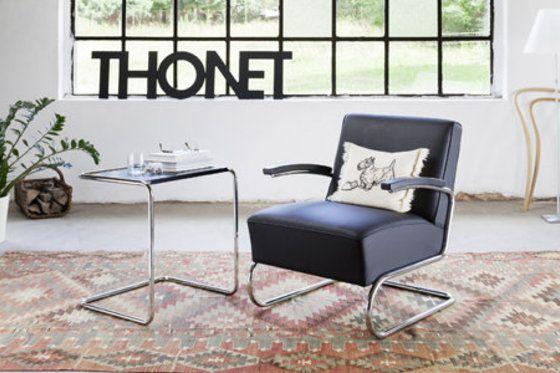 'Freischwinger' - #fauteuil S 411 in lederen uitvoering met een bijzettafel. Deze ontwerpen dateren uit de jaren 30 van de vorige eeuw, de bloeiperiode van stalen #buismeubelen. -