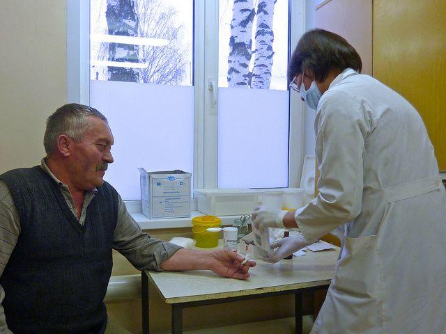 Polacy się starzeją, a opieki medycznej w dalszym ciągu brakuje -    Pacjenci w podeszłym wieku wędrują od lekarza do lekarza. Jest za mało placówek geriatrycznych i wyspecjalizowanej kadry, które gwarantowałyby kompleksową opiekę. Nie tylko odbija się to w sposób negatywny na zdrowiu ludzi starszych, lecz także znacząco uszczupla budżet Narodowego Funduszu Zdro... http://ceo.com.pl/opieka-medyczna-starsi-ludzie-41471