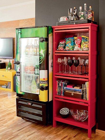 A geladeira de bar conquistou a sala de jantar no projeto de Tieko Matsuda e Luciana Nogueira. Ela deixa as bebidas na temperatura certa, en...