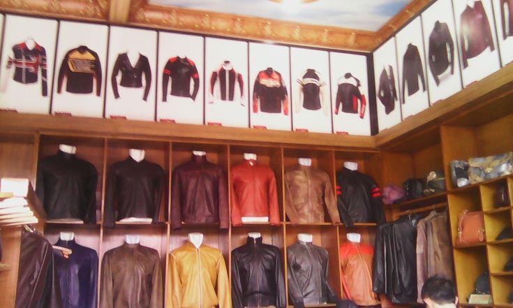 Sukaregang Leather Centre – Selamat berkunjung agan aganwati semua. Mudah mudahan toko online yang kami dirikan dapat membantu mempermudah pencarian fashion jaket kulit yang anda cari di internet.