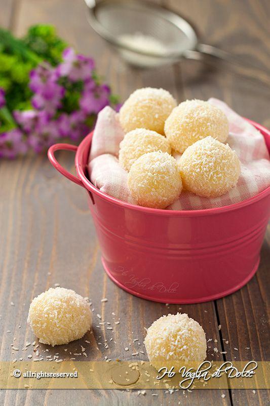 Dolcetti al cocco (Beijinho de coco) dolcetti brasiliani senza forno, veloci e facili da fare. Dolcetti preparati con latte condensato e cocco. Che bontà