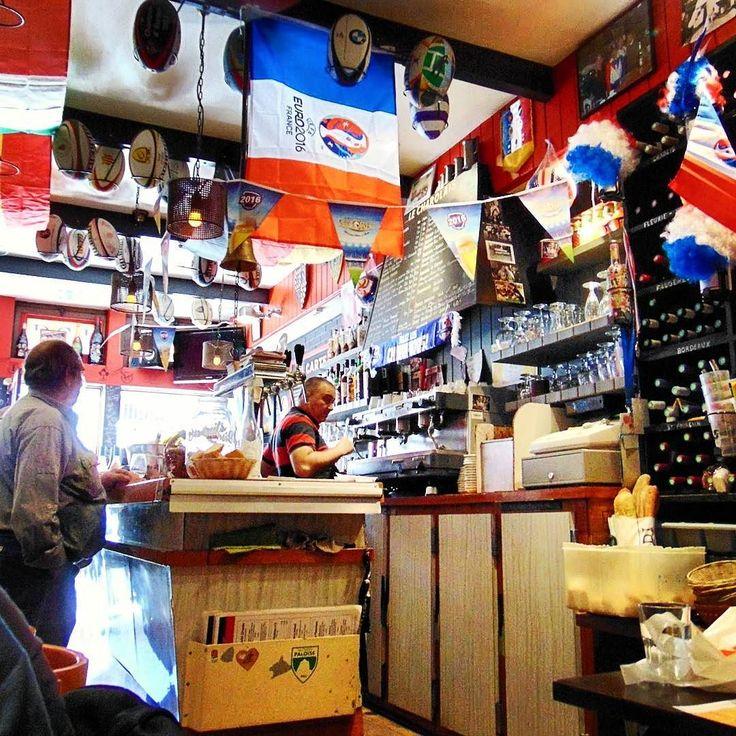 À la place de la joie - la tristesse. Mialo byc tak radosnie. #seemyparis #parisjetaime #parisiloveyou #parislife #parislove #parismonamour #igerparis #hello_france #topparisphoto #traveldeeper #travelingram #streetphotography #streetphoto #cafe #explore #exploretocreate #wonderful_places #discoverearth #tv_living #ourplanetdaily #beautifuldestinations #bestvacations