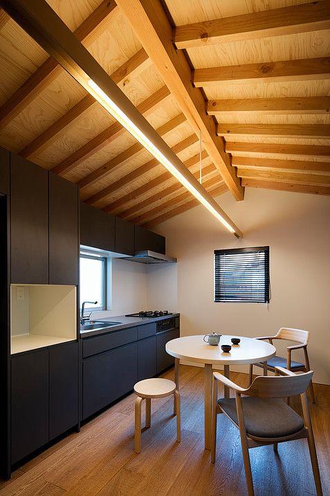 【二世帯住宅/狭小住宅】石橋の家の紹介|築40年が経過した住宅の建て替えです。敷地は大阪北部、周辺は住宅が立て込んだエリアで4棟建ての建売住宅の内の一棟。間口5M奥行き9M、僅か14坪の敷地で設計中の小さな小さな住宅です。