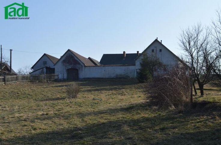 Nabízíme kprodeji venkovskou usedlost sbytem 2+1, hospodářstvím apozemky orozloze 3.400m2 naokraji malé obce Benešov uČernovic naPelhřimovsku. Obytná budova je zděné konstrukce…