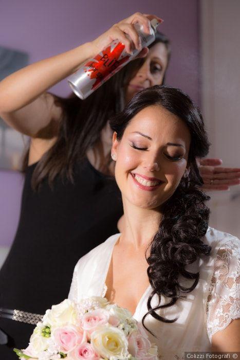 Acconciatura da sposa con capelli lunghi in un semi raccolto laterale con onde