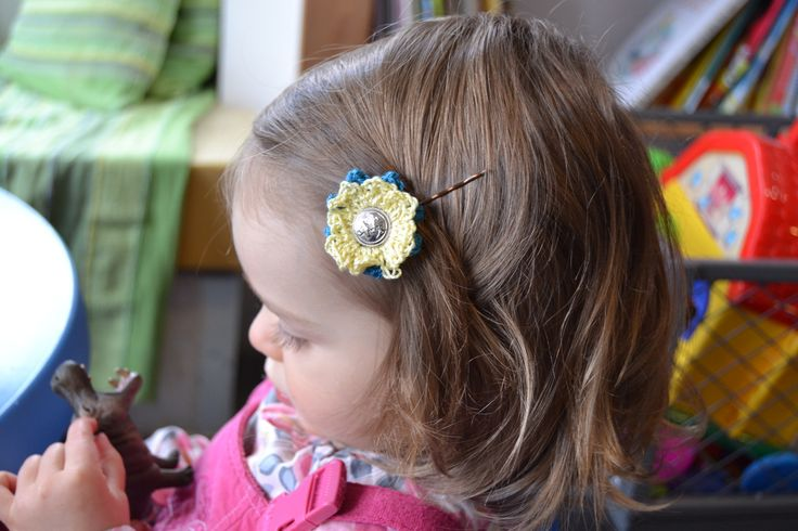 barrette fleur crochet fil bleu et jaune bouton doré piece unique : Mode filles par madame-bubulle