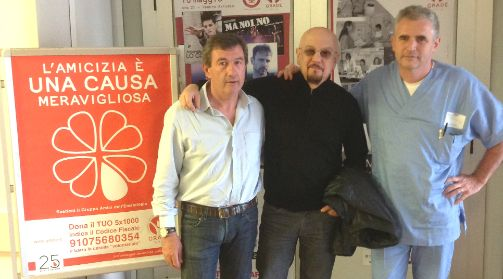 Enrico Ruggeri con il Dott. Francesco Merli, direttore del reparto di Ematologia dell'Arcispedale Santa Maria Nuova di Reggio Emilia, e Roberto Abati, segretario di GRADE Onlus.  http://www.grade.it/enrico-ruggeri-visita-il-reparto-di-ematologia/