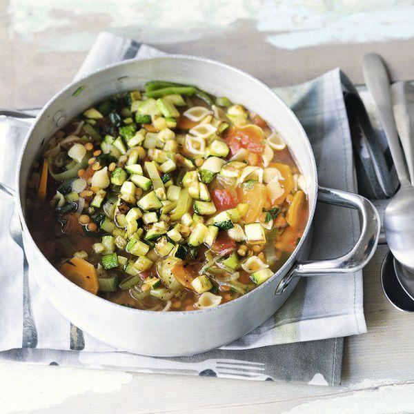 Veganer Blitzeintopf für faule Tage mit einer schönen Mischung gesunder Zutaten für ein köstliches Gericht.