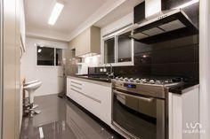porcelanato para cozinha de casa e apartamento com mármore preto coifa e fogão
