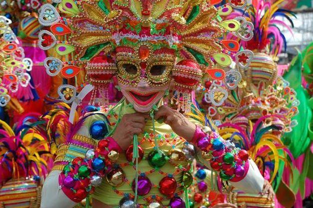 フィリピン・ネグロス島、「微笑みの都市」として知られている島の最大の都市バコロドで、毎年10月に行われる「マスカラフェスティバル」