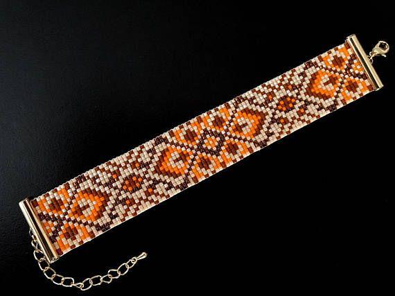 Dit zaad parel armband, loom armband is een kleurrijke sieraden-stuk dat aandacht vestigen op de hand en fleuren van elke outfit. De dunne manchet stijl van deze etnische aantrekkelijke armband maakt een gewaagde verklaring zonder overweldigend, en de flexibiliteit van de loom armband geven