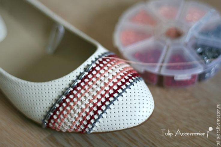 Балетки — это одна из самых популярных разновидностей девичьей обувки в весенне-летнем сезоне и я, в числе многих, тоже питаю к ним определенную любовь. В гардеробе у меня есть уже не одна разновидность их, однако, когда я увидела в магазине эту белую парочку — с перфорированной текстурой — не смогла удержаться от покупки. Посмотрите на эту текстуру, на эти дырочки внимательнее... Видите, видите?