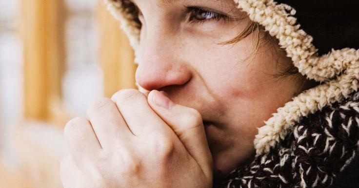 """Cómo tratar la urticaria causada por el frío  . El clima frío puede causarte escalofríos, ¿pero puede causarte picazón? Muchas personas bromean sobre ser """"alérgicas al frío"""" durante los meses de invierno, cuando se ponen abrigos gruesos y añoran el clima del verano. Sin embargo, cerca del 2% de los estadounidenses sufren de reacciones alérgicas en la piel debido al frío. Esta condición de la ..."""