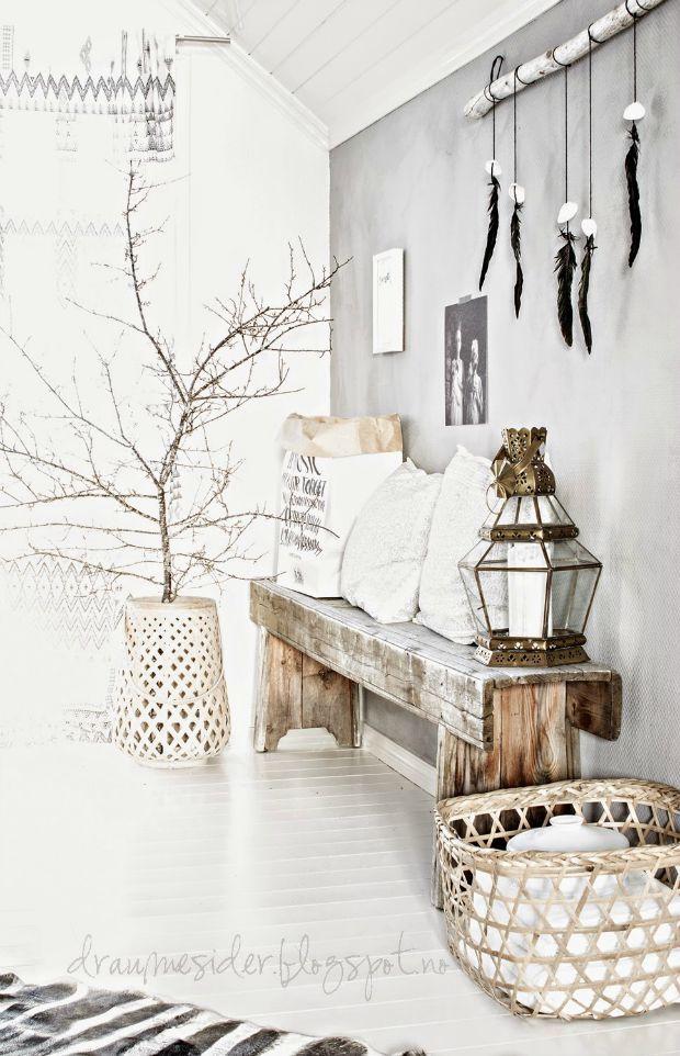 Een houten bankje in de gang geeft warmte en karakter. Zeker als het een oud bankje is voegt het echt wat toe. Style het bankje & maak er een eyecatcher van