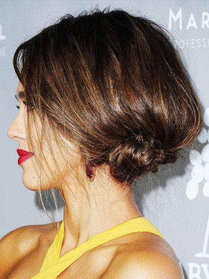 Undone Steck-Frisur vonJessica Alba:  Seitenscheitel, toupieren und kleinen Bun im Nacken zu feststecken.