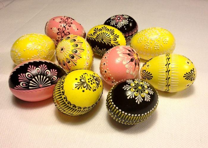 Set von 10 Handgemalte Ostereier. Dies ist ein Satz von 10 echte Hühnereier in etwa gleich groß, Lackfarben und mit Wachs verziert. Dies sind die Farben - (rosa, gelb, schwarz) Die Eier werden...