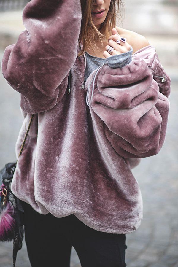 Story of... par Zoé des Babioles de Zoé Hoodie : Story Of Lola Jogging : Forever 21 Escarpins : Public Desire Sac : Bobi Jérôme Dreyfuss Pompon : Anthropologie & Foulard Vintage Bagues : Unode50 & Helles Paris Snake, Cabochon, Pointe