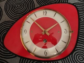 Une horloge en formica rouge
