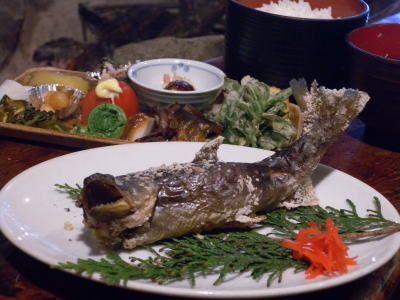 岩魚塩焼き定食 生簀の岩魚を活きたまま金串に刺し、岩塩を振って囲炉裏で焼きます。20~30分強火の遠火でじっくりと焼き上げるため、頭から尻尾の先までシシャモと同様に、骨ごとキッチリ召し上がれます。