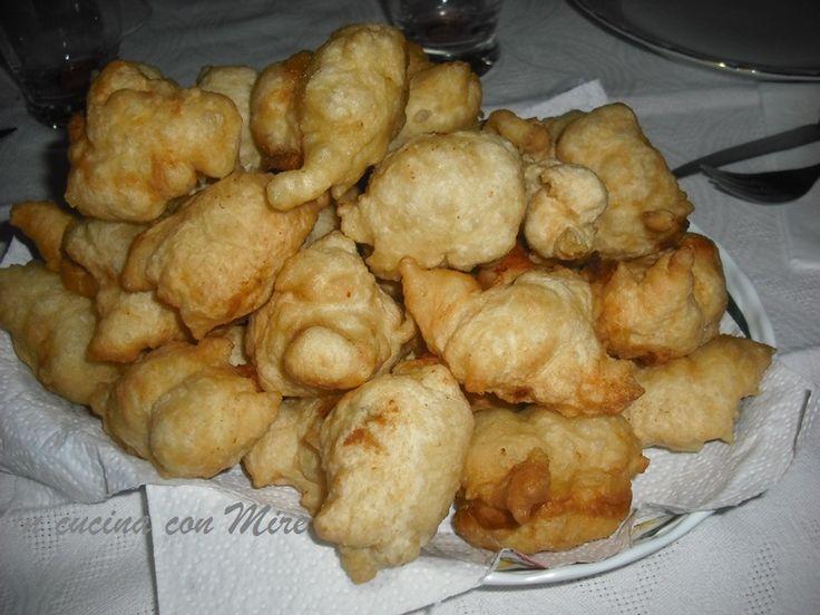 Le Crispelle-Monacelle si preparano la sera di S. Martino, si mangiano calde accompagnate da un buon bicchiere di vino novello e buon appetito.