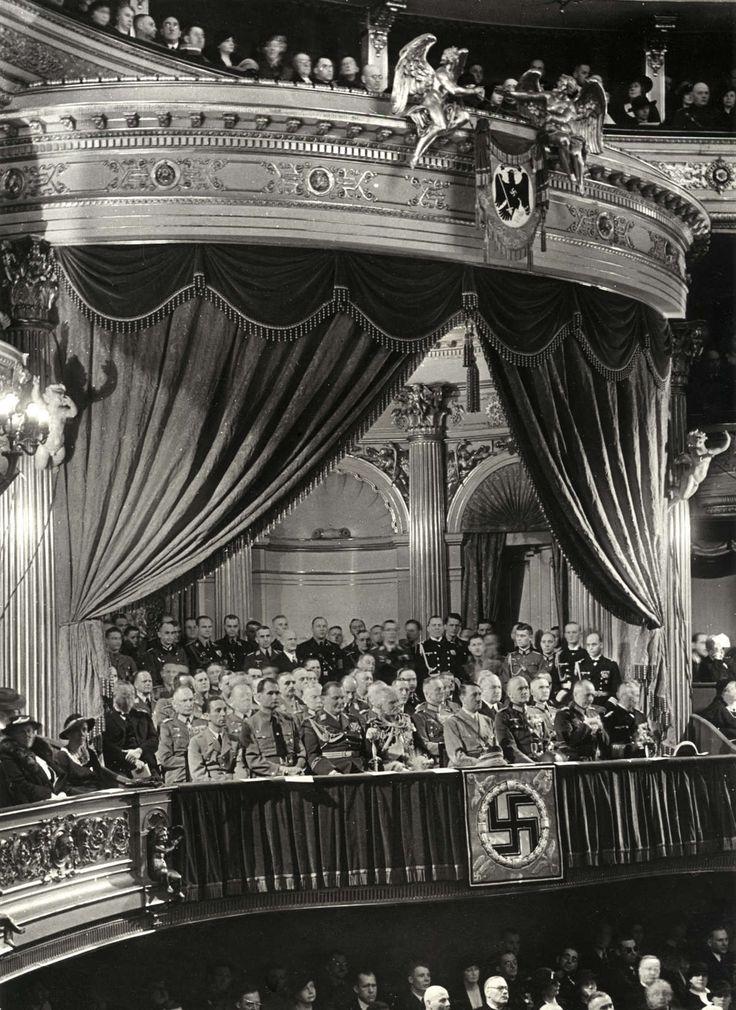 Una excelente impresión a partir de 1936 que muestra a Hitler en la Ópera Estatal de Berlín, con motivo de conmemorar el fallen.On alemán WW1 la primera fila, de izquierda a derecha, Goebbels, Hess, Goering y el Campo octogenario mariscal Mackensen. A la izquierda de Hitler es el mariscal de campo Blomberg y C-in-C del Ejército Werner von Fritsch. Himmler se encuentra en la tercera fila a la derecha, parcialmente oculto.
