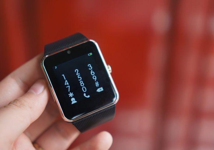 Tuy nhiên, điểm ấn tượng của sản phẩm này nằm ở chỗ, người dùng có thể lắp SIM để nghe gọi, nhắn tin hoặc dùng kết nối 2G để lướt web. Nói cách khác, nó như một chiếc smartphone thu nhỏ với gần như đầy đủ tính năng cần thiết. Model này cũng có thể chụp ảnh nhờ camera ở cạnh trên.