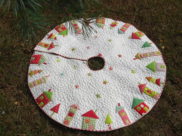 quilted tree skirt--houses! so cute!