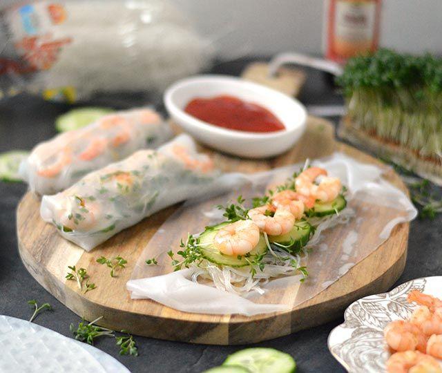 Het recept voor heerlijke verse Vietnamese Spring rolls met garnalen, verse groenten, noodles en lekkere smaakmakers. Makkelijk om te maken en snel klaar.