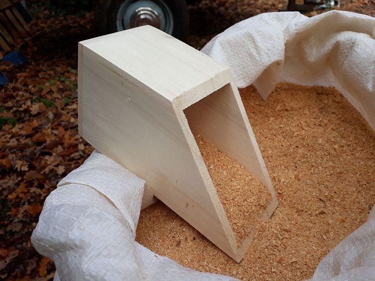 Sciure pour toilette sèche avec pelle en bois.