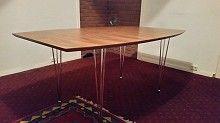 stort spisebord med to ileggaplater gies bort. Et kjøkkenbord i tre med 4 stoler
