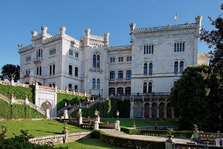 Affacciato sul Golfo di Trieste, il Castello di Miramare è la principale attrazione della città. Finito di costruire nel 1860 secondo i canoni neomedievali per volere dell'arciduca d'Austria Massimiliano d'Asburgo-Lorena, il castello è circondato da un parco di circa 22 ettari di flora proveniente da tutto il mondo. Qui B&B a Trieste in Friuli Venezia Giulia http://bedandbreakfast.place/it/bb-friuli-venezia-giulia/trieste/trieste