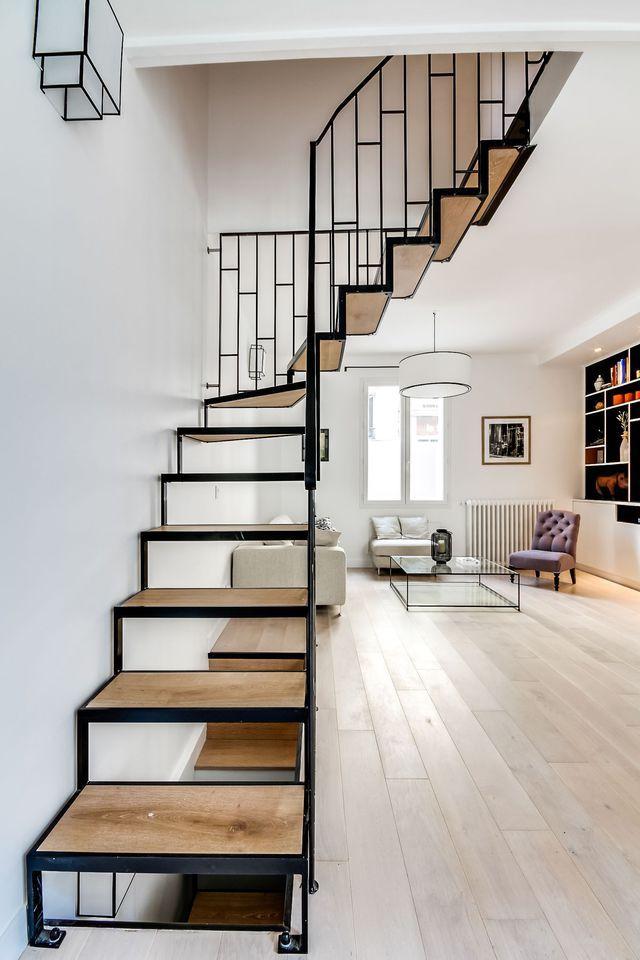 Un escalier sculptural dans la pièce de vie