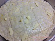 Τυρόπιτα σπιτική κάπως αλλιώς... με φύλλα ανοιγμένα στο χέρι χωρίς πλάστη, σαν μπουγάτσα! Η τυρόπιτα της Κυριακής αγαπημένη της...