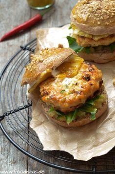 Fruchtig exotischer Hähnchenburger dazu ein locker leichtes Walnuss Bun und ein fruchtig scharfes Ananas Chutney