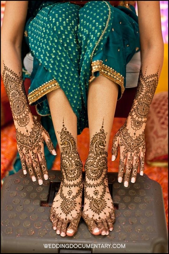 like how the mehendi on her feet looks like ornaments-