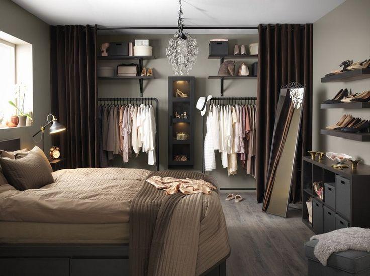 catalogue Ikea 2017 : chambre cosy avec lit deux places, dressing avec étagères et modules de rangement